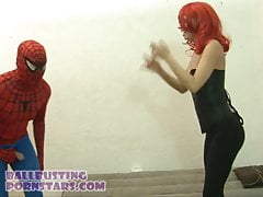 Spider Man gegen Black Widow Marvel Cosplay Ballbusting
